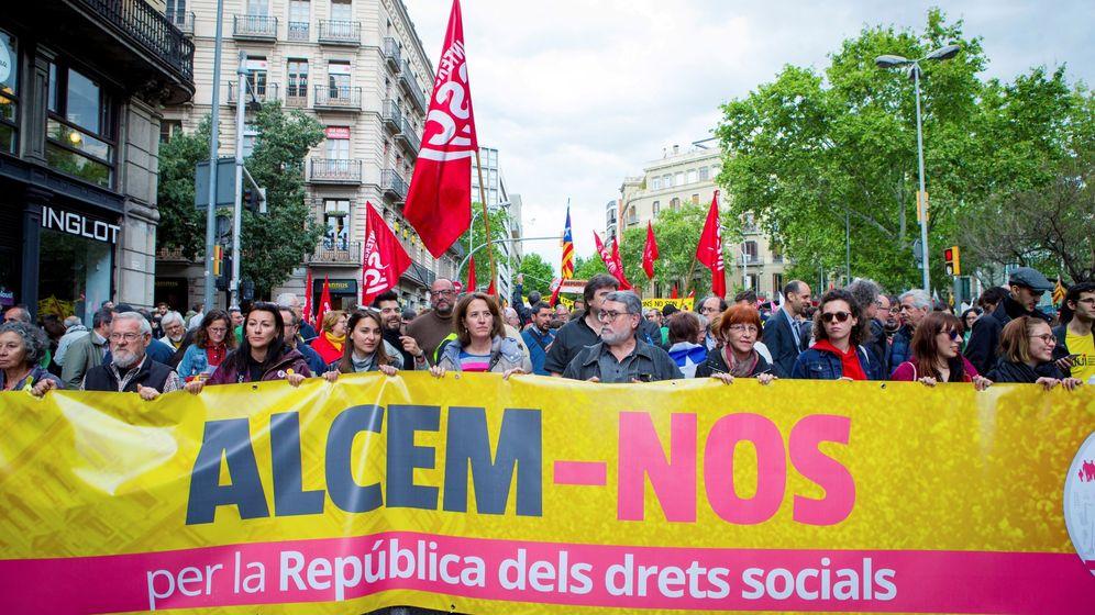 Foto: Manifestación en favor de la república de los derechos sociales convocada en Barcelona por la plataforma Alcem-nos, formada por la ANC y la Intersindical-CSC. (EFE)