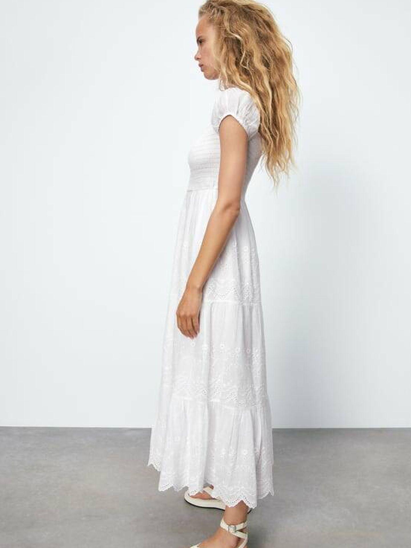 Vestido largo blanco. (Cortesía Zara)