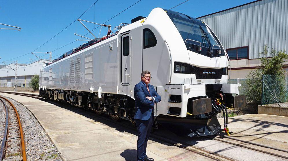Foto: El CEO de Stadler Rail Valencia, Íñigo Parra, con la nueva locomotora Eurodual.