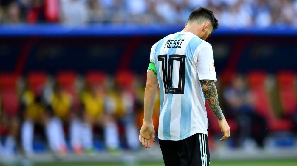 Foto: Messi abandona el campo cabizbajo después de ser eliminado del Mundial. (Reuters)