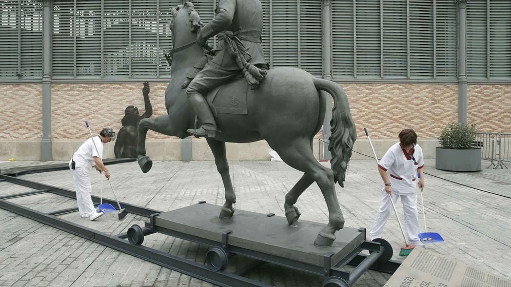 Foto: La escultura ecuestre del general Franco sin cabeza ya está situada frente al edificio del Born de Barcelona. (EFE)
