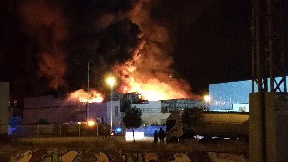 Foto: Las llamas destruyen la primera panificadora de Mercadona, en Puçol. (Protección Civil Puçol)