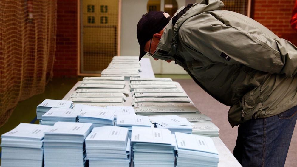 Foto: Un votante elige su papeleta en un colegio electoral. (EFE)