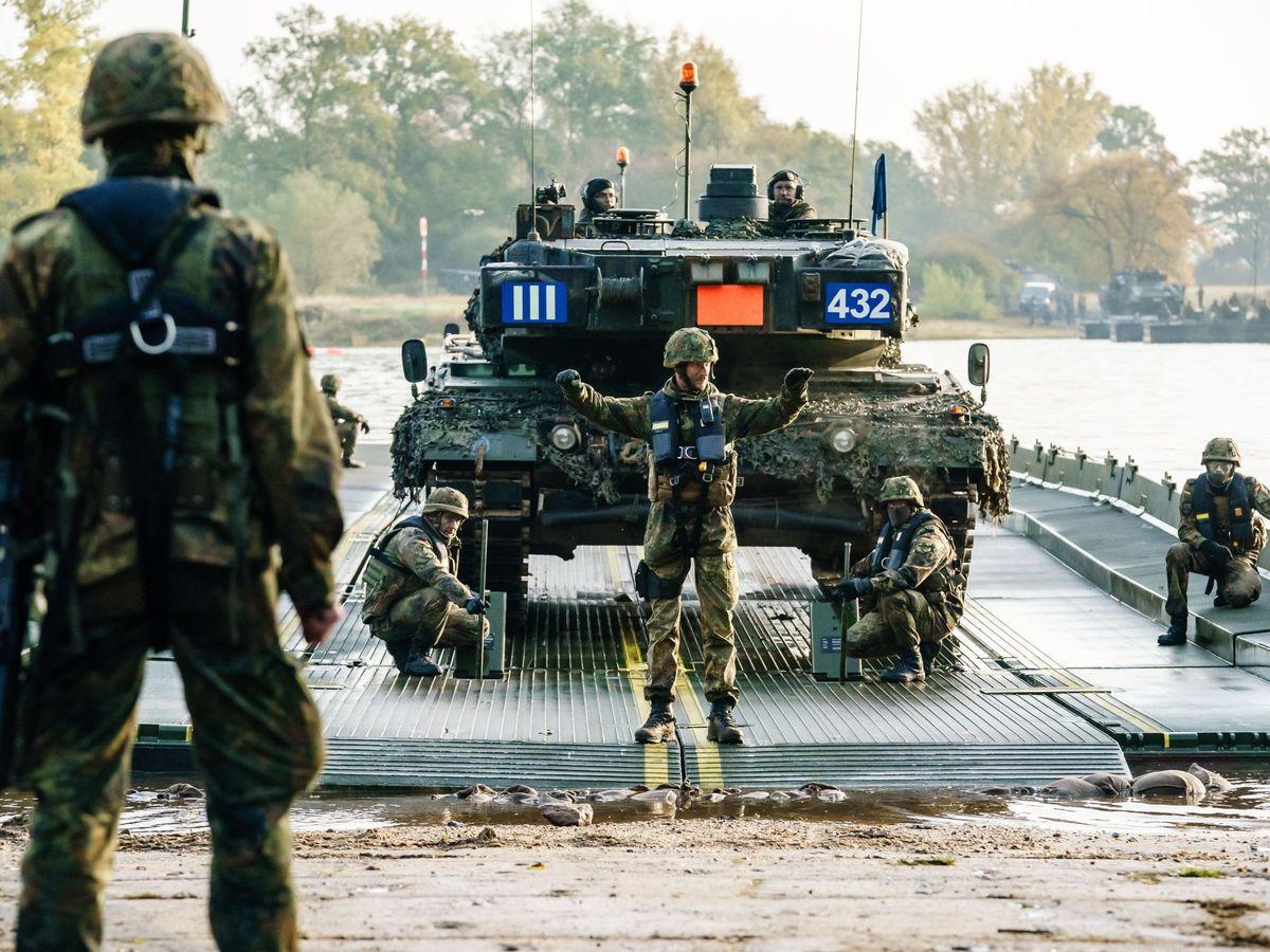 Foto:  Soldados alemanes practican el cruce del río Elba con un tanque Leopard 2. (EFE)