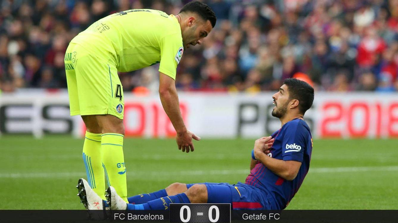 Foto: Suárez reclama desde el suelo. (Reuters)
