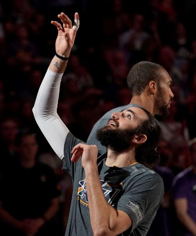 Foto: Ricky Rubio apuntando al cielo antes de un partido.