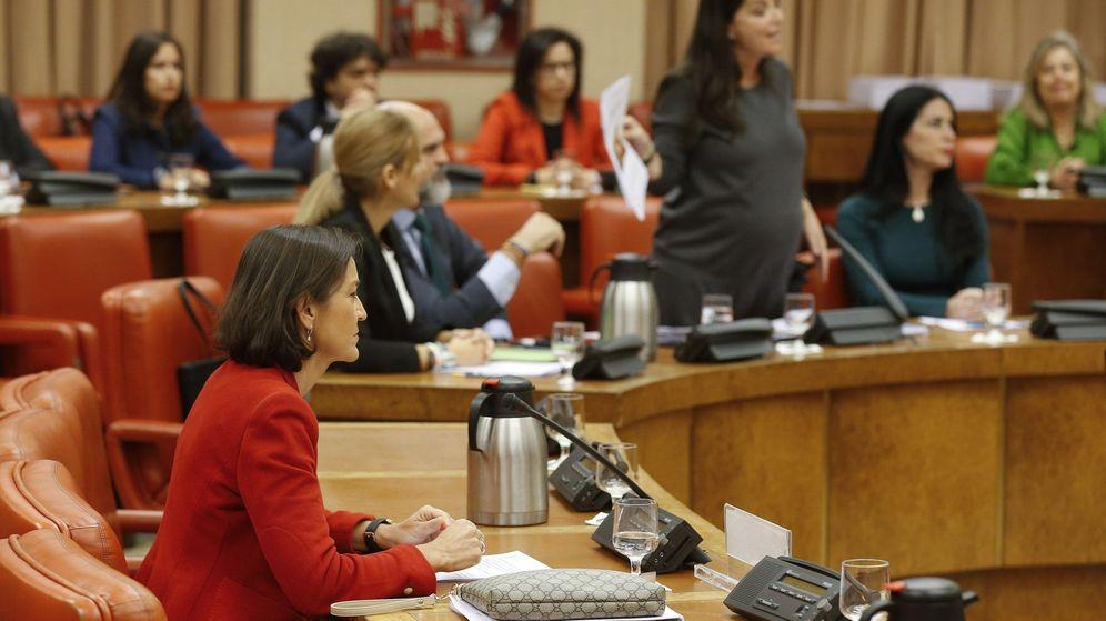 Foto: La ministra Maroto, en primer plano. A la derecha, Macarena Olona, en mitad de la polémica. (EFE)