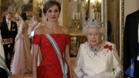 Sorpresa: la foto de Felipe y Letizia que tiene la reina Isabel II en su despacho