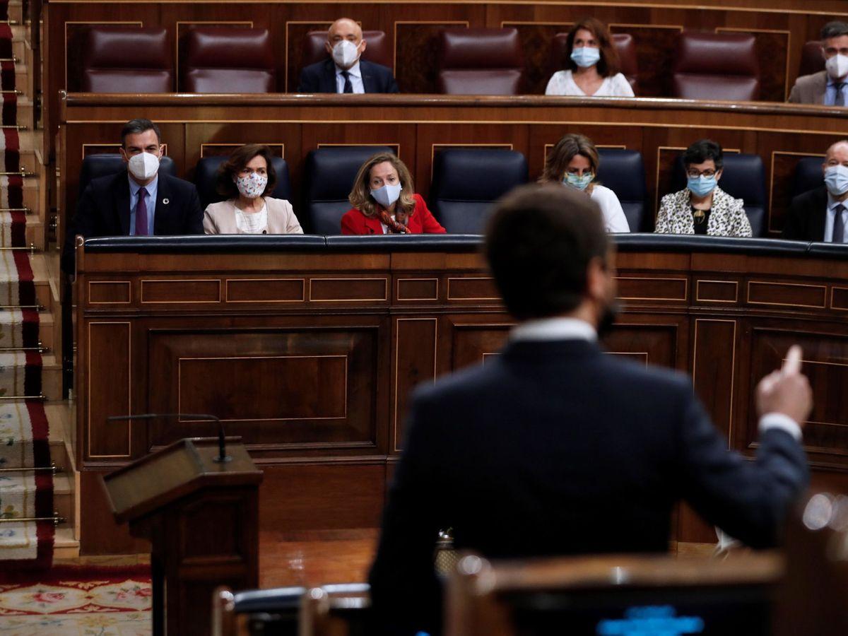 Foto: Pablo Casado (d) y Pedro Sánchez en el Congreso. (EFE)