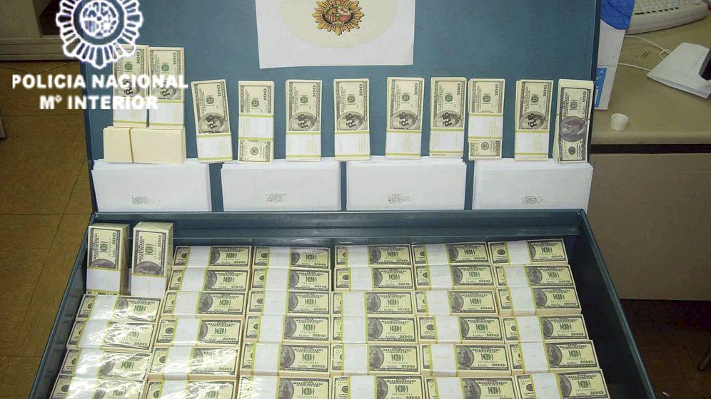 Foto: La policía interviene un baúl con 126 fajos de billetes falsificados a los cabecillas de la denominada estafa de las 'cartas nigerianas'. (EFE)