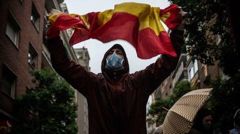 Las caceroladas de la milla de oro de Madrid: 100 personas bajo la lluvia y tráfico cortado