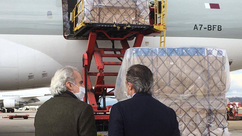 Los consejeros de Sanidad, Enrique Ruiz Escudero, y de Interior, Justicia y Víctimas, Enrique López, supervisando la llegada de material.