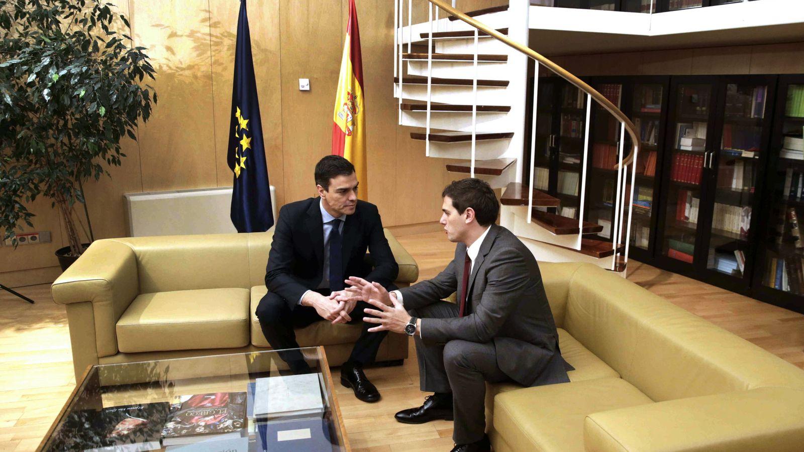 Foto: Pedro Sánchez con Albert Rivera, este 4 de febrero en la sala Martínez Noval de las dependencias del Grupo Socialista en el Congreso. (EFE)
