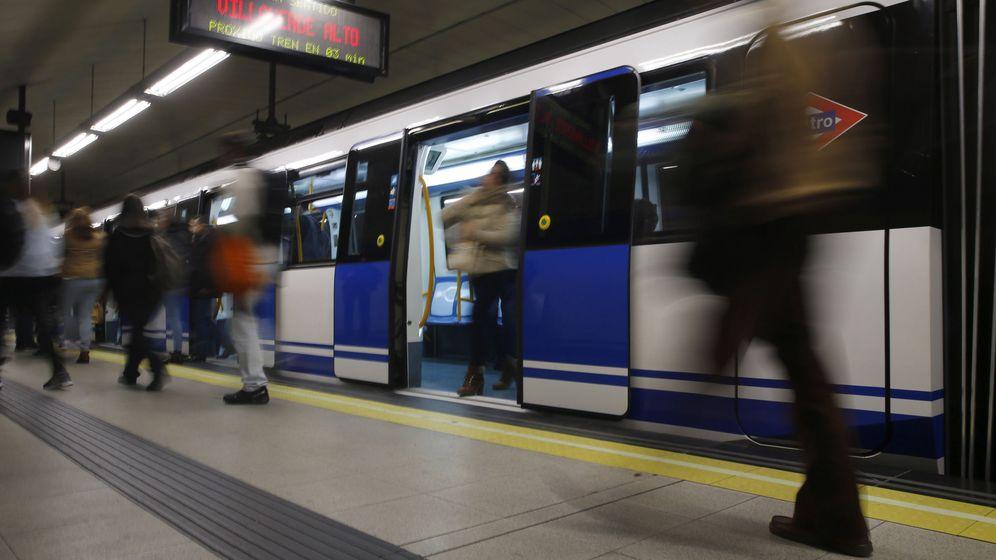 Foto: Varios viajeros en el andén de la estación de Nuevos Ministerios. (EFE)