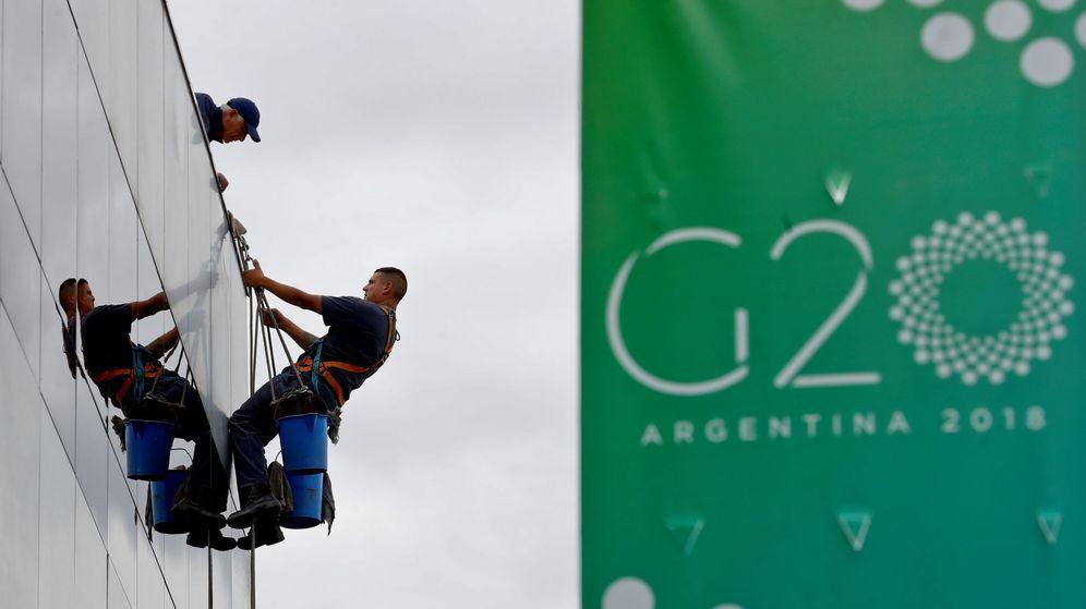 Foto: Un grupo de trabajadores ultima detalles en una fachada antes de la cumbre del G-20 en Buenos Aires, el 27 de noviembre de 2018. (EFE)