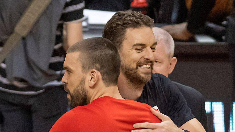 Foto: Los hermanos Gasol abrazándose. (EFE)