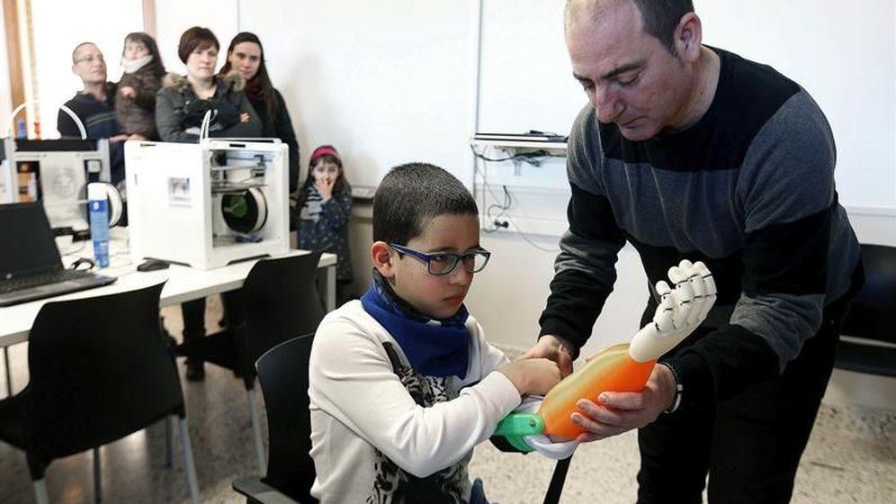 Foto: El profesor Carlos Lizarbe hace entrega a Unai de una prótesis de brazo impresa en 3D