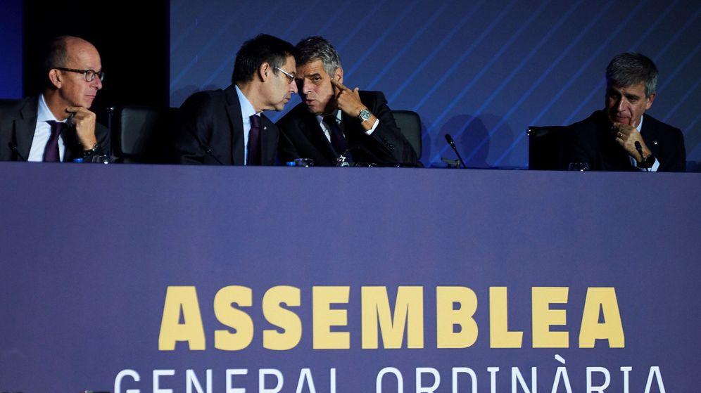Foto: Bartomeu, conversa con el secretario Calsamiglia (2d) acompañados por el vicepresidente Jordi Mestre (d)
