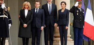 Post de La reina Letizia, en París junto a Brigitte Macron: con camiseta y collar de perlas