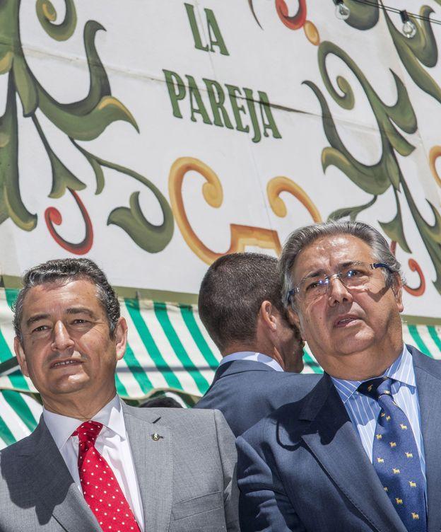 Foto: Zoido, en la caseta de la Guardia civil de la feria de abril el pasado 1 de mayo junto al delegado del Gobierno Antonio Sanz. (EFE)