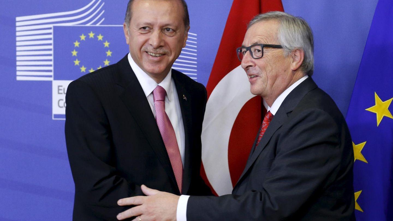 Erdogan con el presidente de la Comisión Europea Jean-Claude Juncker en Bruselas, el 5 de octubre de 2015 (Reuters)