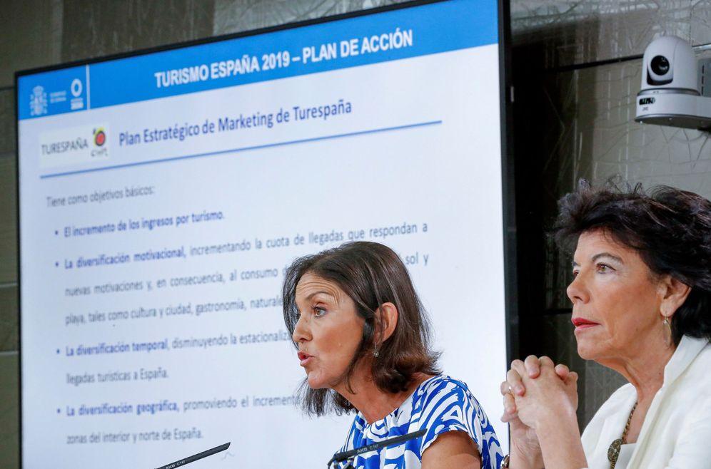 Foto: Isabel Celaá y la titular de Industria, Reyes Maroto, este 6 de septiembre tras el Consejo de Ministros en la Moncloa. (EFE)