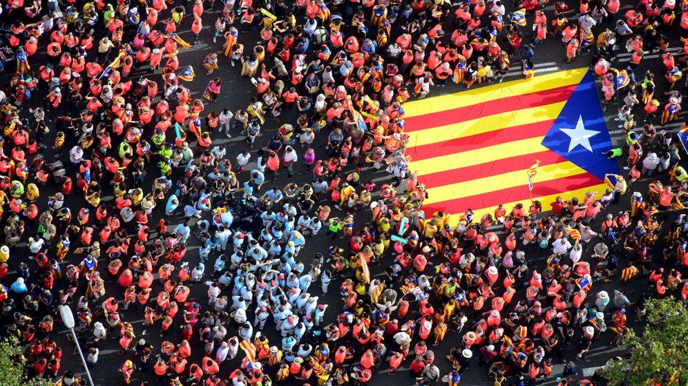 Foto: Miles de personas llevan una estelada durante la celebración de la Diada del año pasado. (Reuters)
