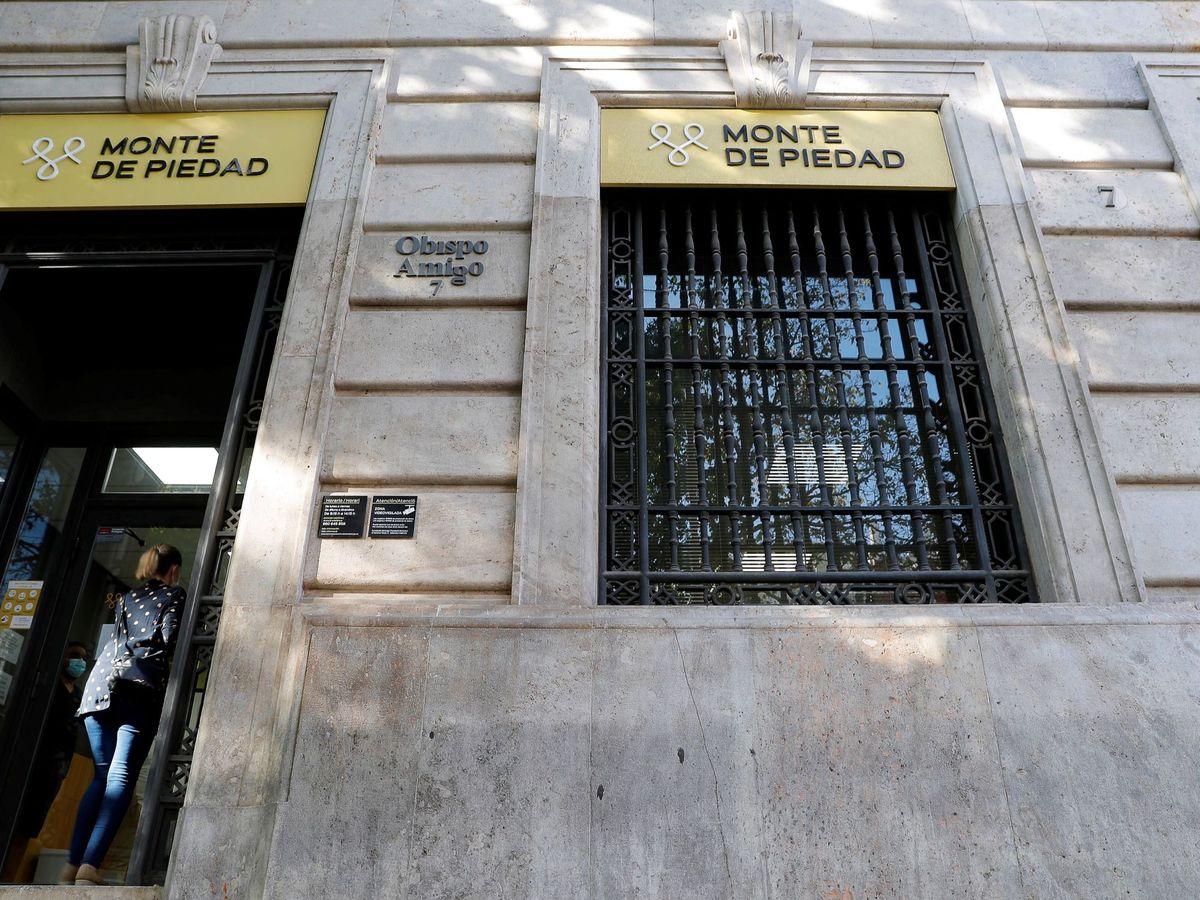 Foto: La crisis ocasionada por el Covid cambia el perfil de quien acude al Monte de Piedad. (EFE)