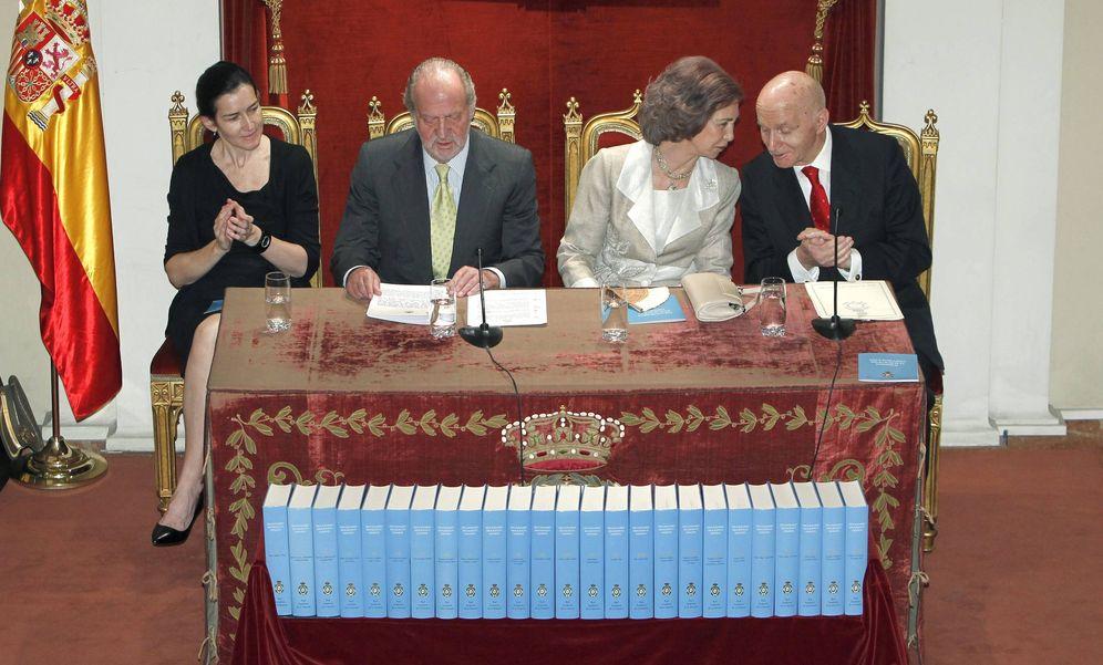 Foto: Mayo de 2011, presentación del Diccionario Biográfico Español, con los Reyes, Gonzalo Anes y la ex ministra Ángeles González-Sinde. (EFE)