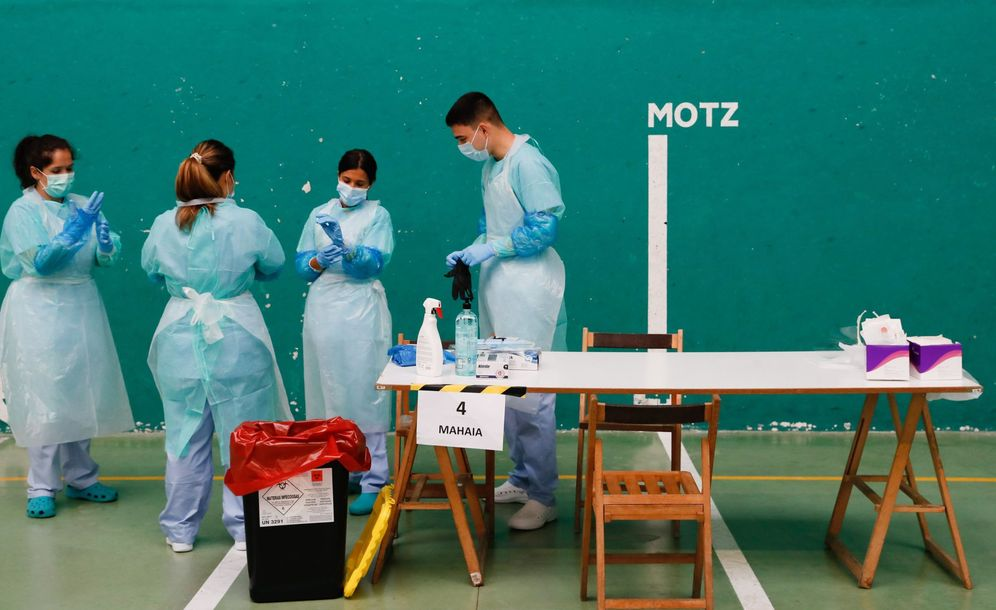 Foto: Miembros del dispositivo sanitario establecido en Getaria ante un posible brote de covid-19. (EFE)
