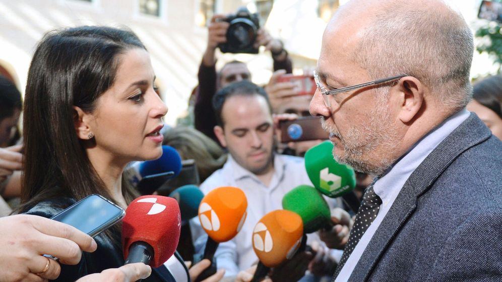 Foto: La presidenta y portavoz del Grupo de Ciudadanos en el Congreso de los Diputados, Inés Arrimadas, conversa con el vicepresidente de la Junta de Castilla y León, Francisco Igea. (EFE)