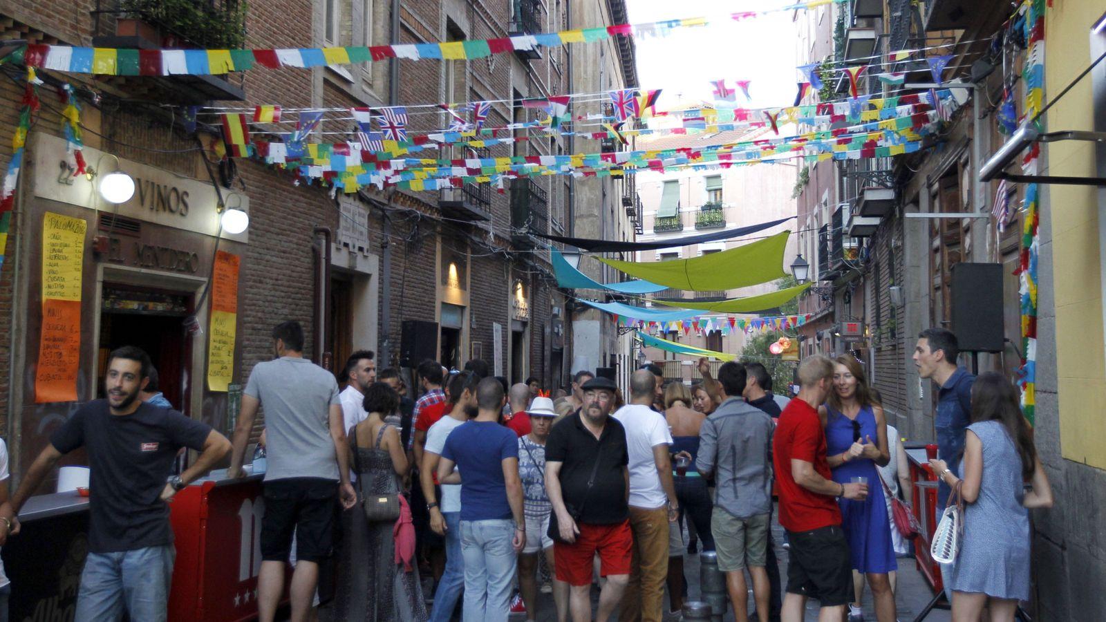 Foto: Ambiente por las calles del barrio de La Latina durante las fiestas de La Virgen de la Paloma, el pasado año. (EFE)
