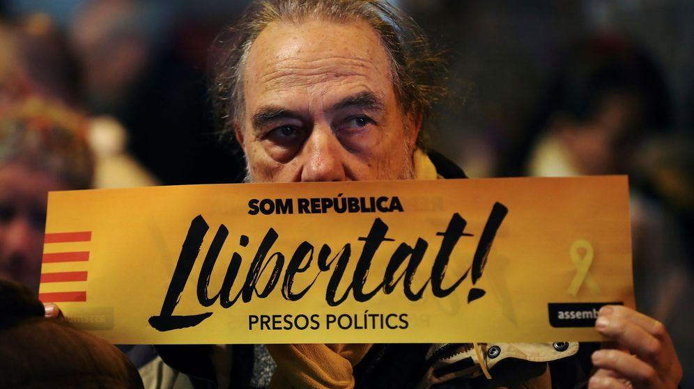 Foto: Carteles reclamando la libertad de los presos. (EFE)