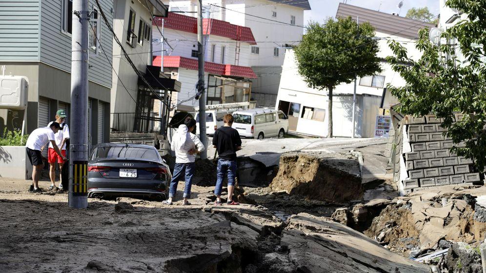 Foto: Habitantes de Sapporo (Japón) observan una brecha en la carretera causada por el terremoto (Reuters)