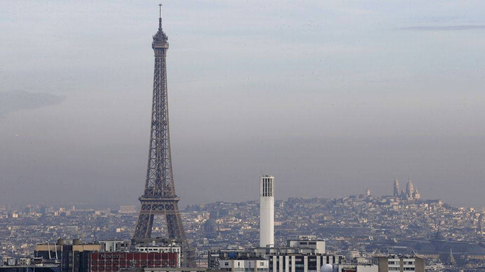Foto: La torre Eiffel rodeada por una pequeña capa de partículas de 'smog', el 16 de diciembre de 2016 (Reuters)
