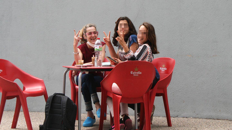 Marta y sus hijas T. y A. comen en un restaurante cercano a su casa. (Alejandro Requeijo)