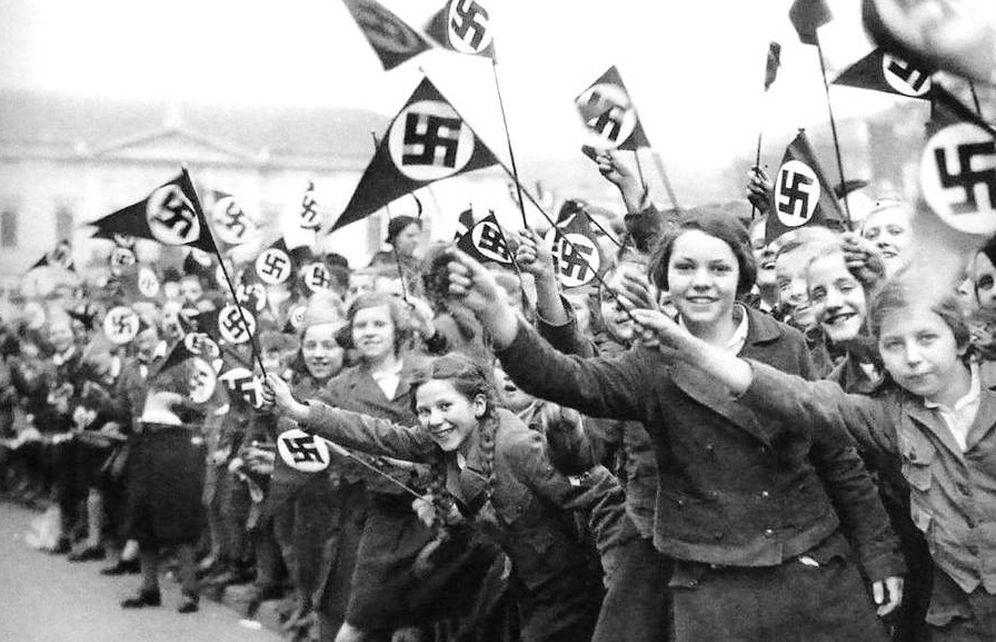 Foto: Niñas de las Bund Deutscher Mädel, festejando en Viena, Austria al paso de las autoridades nazis durante el Anschluss Österreichs