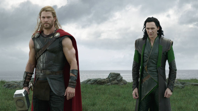 Chris Hemsworth y Tom Hiddleston, en 'Thor: Ragnarok'. (Disney)