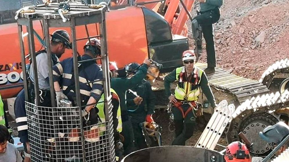 Foto: Dos mineros, en la cápsula diseñada para el rescate de Julen. (EFE)