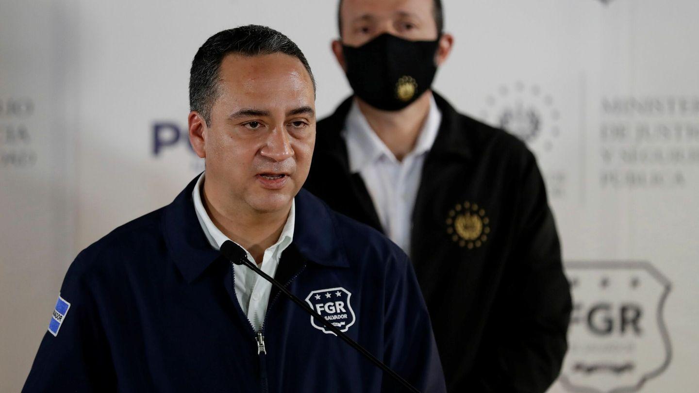 El fiscal general, Rodolfo Delgado, informa en rueda de prensa de la orden de detención a Sánchez Cerén. (EFE)