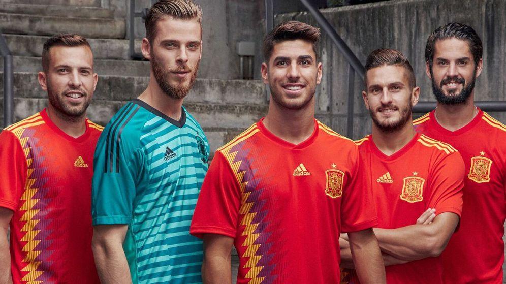 Foto: Jordi Alba, De Gea, Asensio, Koke e Isco, con la nueva camiseta de España. (Foto Adidas)
