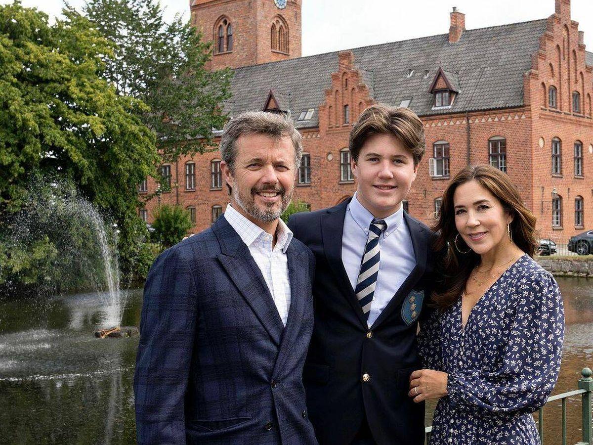 Foto: Federico y Mary de Dinamarca, junto a su hijo. (RR.SS.)