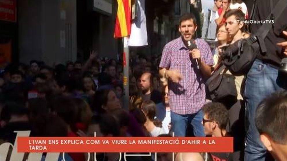 Un periodista de TV3 da saltos en el capó de un coche de la Guardia Civil