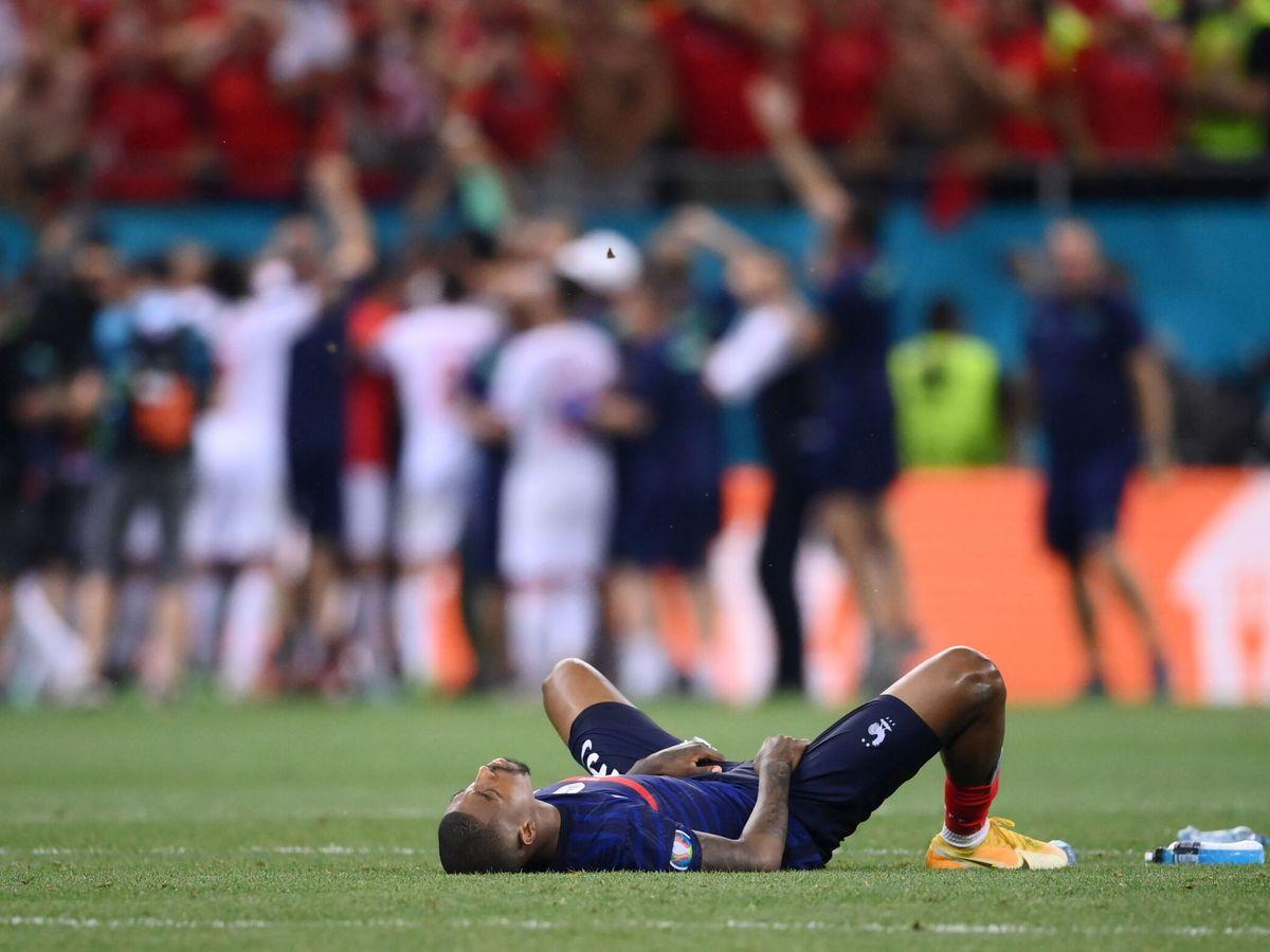 Foto: Mbappé, tras fallar su penalti, con Suiza en segundo plano. (REUTERS)