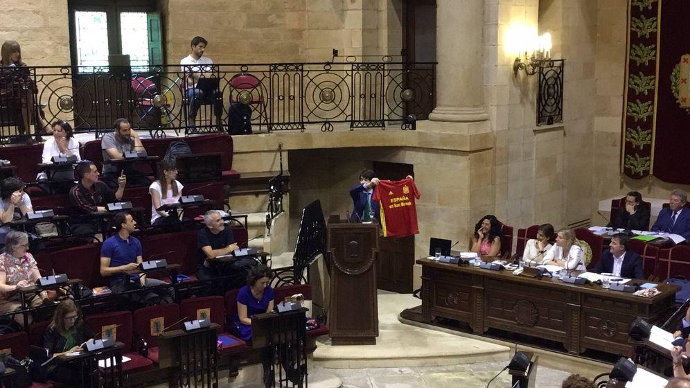 Foto: El portavoz del PP en las Juntas Generales de Vizcaya, Javier Ruiz, exhibe una camiseta de España en un pleno.