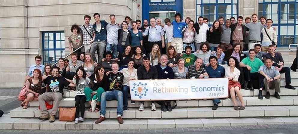 Foto: Profesores y alumnos del colectivo Rethinking Economics de la Universidad de Manchester. (R.E.)
