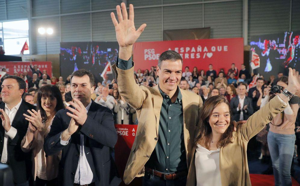Foto: Pedro Sánchez, flanqueado por el líder del PSdeG, Gonzalo Caballero (3i), y por la candidata a la alcaldía de A Coruña, Inés Rey, este 10 de marzo. (EFE)