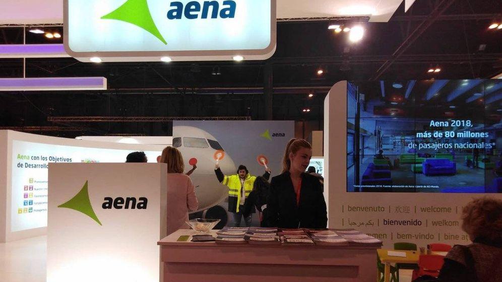 Foto: Logotipo de Aena visible en la terminal de un aeropuerto.