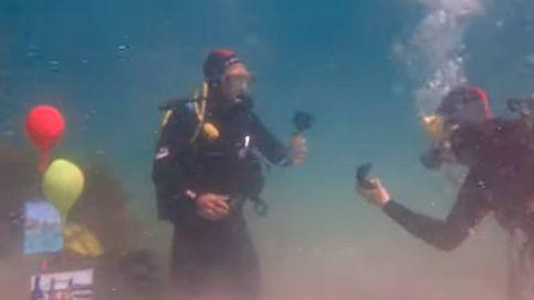 Pide matrimonio a su novia bajo el agua escondiendo el anillo en 1 cofre del tesoro