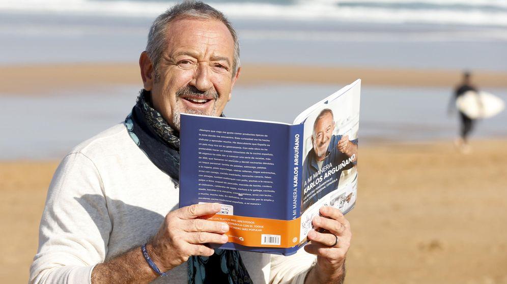 Foto: Karlos Arguiñano posa con su nuevo libro. (EFE/Juan Herrero)